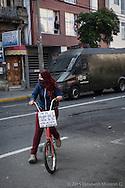 Paricipante de una marcha en Valparaíso observa los disturbios ocasionados por algunos jóvenes al final de la manifestación.