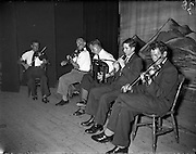 27/05/1959<br /> 05/27/1959<br /> 27 May 1959<br /> Gael-Linn Concert and Singing Competition in the Town Hall, Nenagh, Co. Tipperary, in which R.E. singers and harpists took part. Image shows musicians playing during the concert.