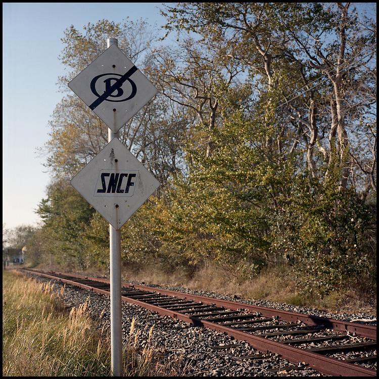 Le 24 octobre 2011, frontière Belgique / France, près d'Adinkerke (B), RN386. Vue d'un panneau indiquant la fin du réseau ferré belge et le début du réseau ferré français sur une voie abandonnée traversant la frontière, à proximité du poste frontière d'Adinkerke.