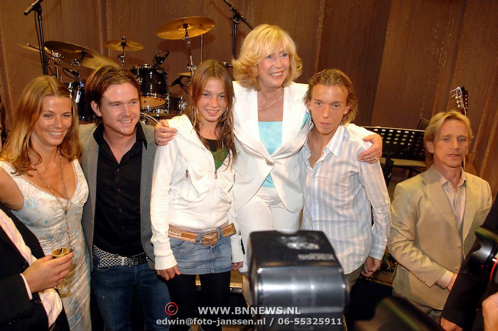 NLD/Rotterdam/20060923 - Premiere Willeke Alberti tour `Goud `, kinderen en kleinkinderen, Danielle Oonk, Johnny de Mol, Estelle, Willeke, Davey