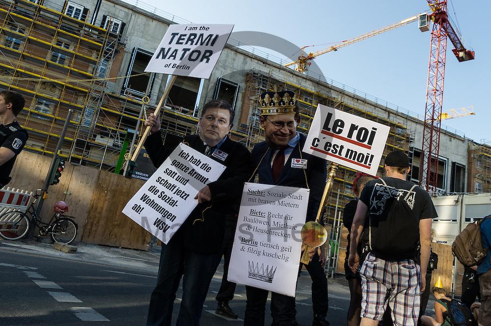 Zwei als Senator Geisel und B&uuml;rgermeister M&uuml;ller verkleidete Demonstranten stehen w&auml;hrend der Demonstration &quot;Recht auf Stadt statt Schloss&quot; am 08.06.2016 in Berlin, Deutschland vor dem Stadtschloss. Mehrere hundert Menschen demonstrierten unter dem Motto &quot;Recht auf Stadt statt Schloss&quot; gegen den Tag der deutschen Immobilienwirtschaft und gegen den immer weniger werdenden Wohnraum f&uuml;r gering und normalverdienende. Foto: Markus Heine / heineimaging<br /> <br /> ------------------------------<br /> <br /> Ver&ouml;ffentlichung nur mit Fotografennennung, sowie gegen Honorar und Belegexemplar.<br /> <br /> Bankverbindung:<br /> IBAN: DE65660908000004437497<br /> BIC CODE: GENODE61BBB<br /> Badische Beamten Bank Karlsruhe<br /> <br /> USt-IdNr: DE291853306<br /> <br /> Please note:<br /> All rights reserved! Don't publish without copyright!<br /> <br /> Stand: 06.2016<br /> <br /> ------------------------------