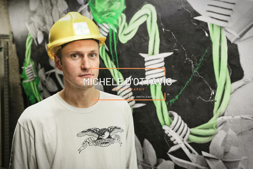 """Nella fotografia: LUDO street artist francese ritratto davanti alla sua opera. CHIOMONTE (TORINO) -10 ottobre 2016 - inaugurazione di """"Tunnel Art Work"""", primo progetto internazionale di arte nella galleria geognostica in cantiere della linea ferroviaria Tav Torino Lione."""