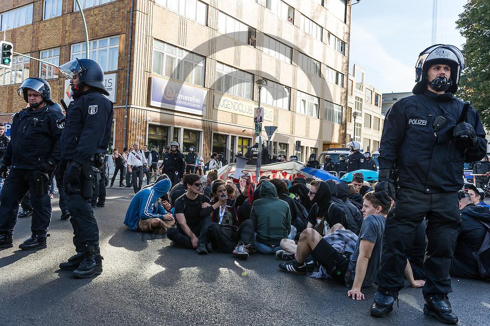 Aktivisten blockieren während der 1. Welle der Blockupy Proteste am 02.09.2016 in Berlin, Deutschland mit einer Sitzblockade die Zufahrt zu dem Ministerium. Das Bündnis versuchte das Ministerium für Arbeit und Soziales zu blockieren um gegen die Politik der Verarmung, Ausgrenzung und sozialen Spaltung zu protestieren. Foto: Markus Heine / heineimaging