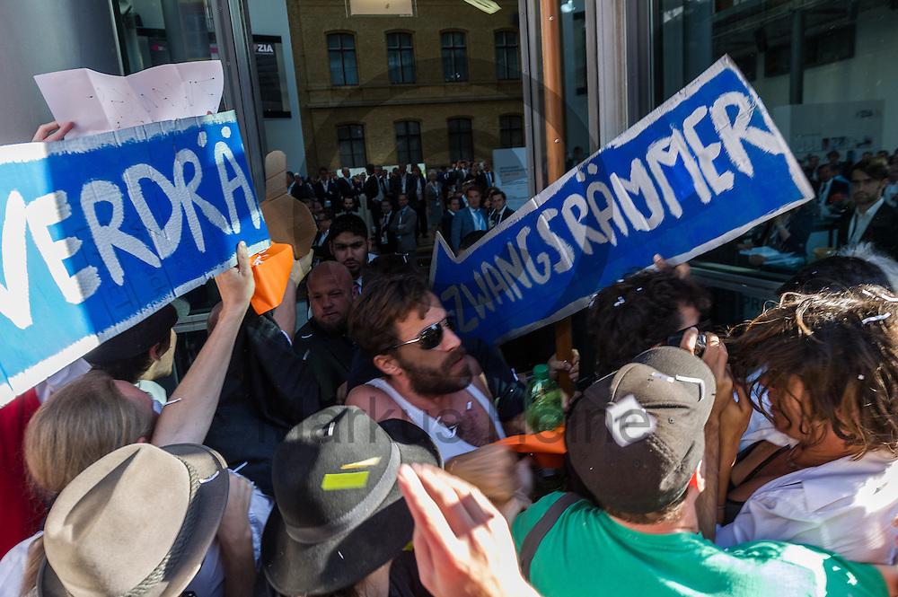 Demonstranten versuchen w&auml;hrend der Demonstration &quot;Recht auf Stadt statt Schloss&quot; am 08.06.2016 in Berlin, Deutschland den Immobilienkongress zu st&uuml;rmen. Mehrere hundert Menschen demonstrierten unter dem Motto &quot;Recht auf Stadt statt Schloss&quot; gegen den Tag der deutschen Immobilienwirtschaft und gegen den immer weniger werdenden Wohnraum f&uuml;r gering und normalverdienende. Foto: Markus Heine / heineimaging<br /> <br /> ------------------------------<br /> <br /> Ver&ouml;ffentlichung nur mit Fotografennennung, sowie gegen Honorar und Belegexemplar.<br /> <br /> Bankverbindung:<br /> IBAN: DE65660908000004437497<br /> BIC CODE: GENODE61BBB<br /> Badische Beamten Bank Karlsruhe<br /> <br /> USt-IdNr: DE291853306<br /> <br /> Please note:<br /> All rights reserved! Don't publish without copyright!<br /> <br /> Stand: 06.2016<br /> <br /> ------------------------------