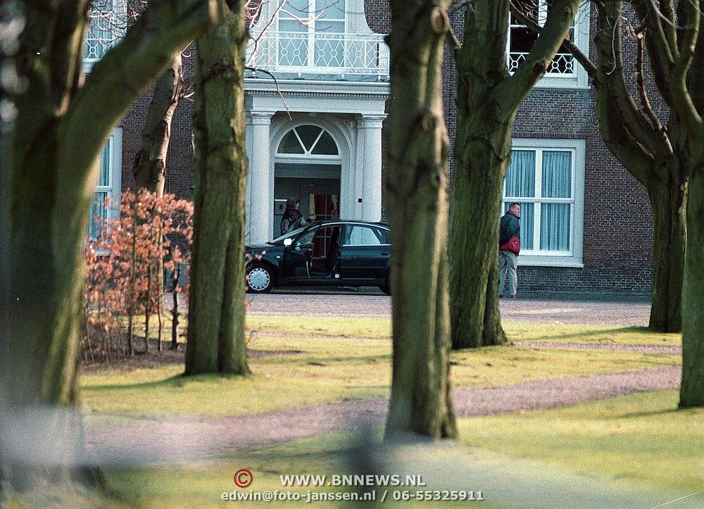 61ste verjaardag van koninging Beatrix Huis ten Bosch Den Haag, Beatrix gaat kijken waar Claus blijft