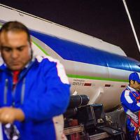 Victor Parraguez y Guillermo Garcia, descarga de combustible en estación de servicio costanera norte. Copec, 80 años. Santiago de Chile. 05-06-15, 21:47:55 (©Alvaro de la Fuente/Triple.cl)