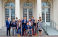 DEN HAAG - Koning Willem-Alexander (M), Meester Pieter van Vollenhoven (L) en Prinses Margriet (R) poseren met de Nederlandse deelnemers van Paralympische Spelen 2014, aan de voorzijde van Paleis Noordeinde.