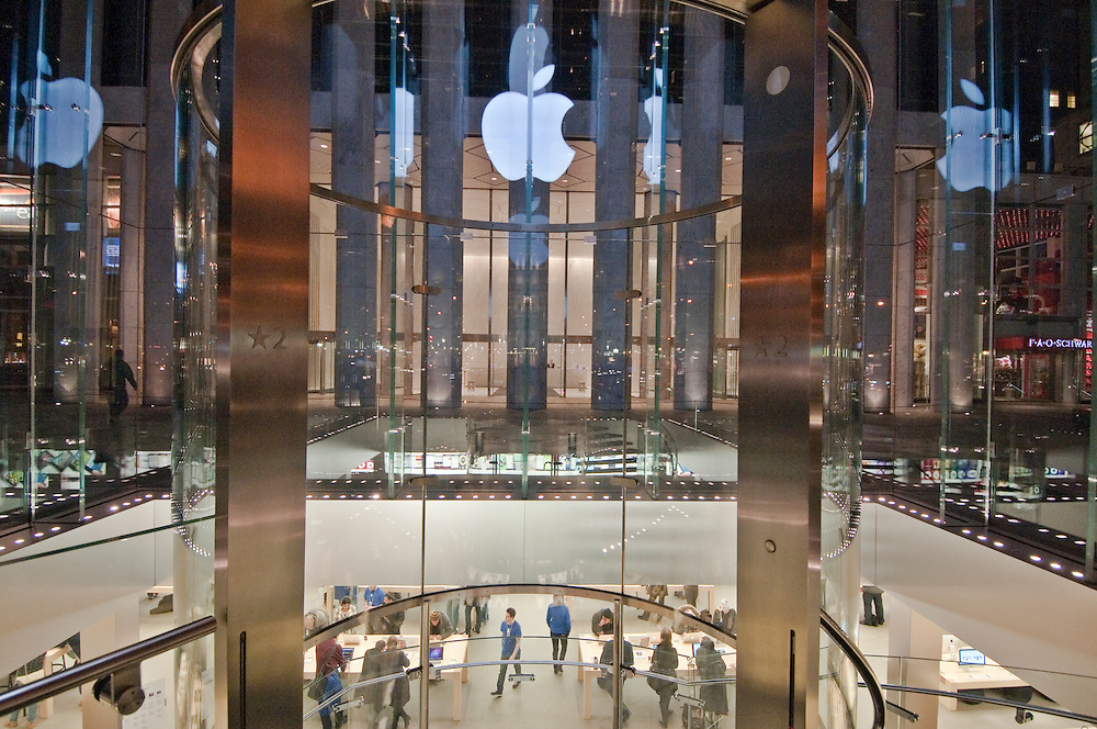 Address: Fifth Avenue New York, NY () Get directions The Apple Store Fifth Avenue faces Fifth Avenue between 58th and 59th Streets, in front of the GM building.