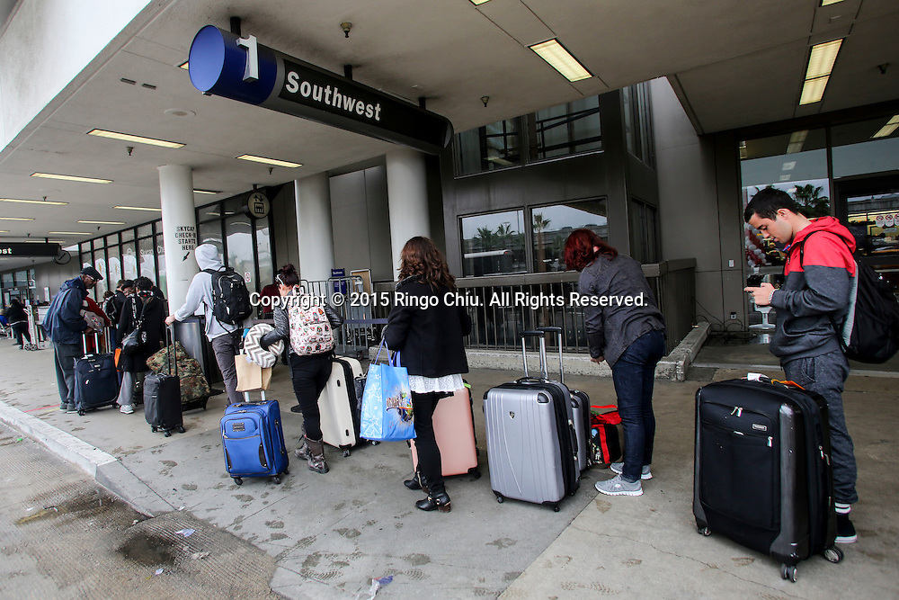 12月22日,在美国洛杉矶国际机场,出发旅客排队等候安全检查。根据南加州汽车俱乐部(Automobile Club of Southern California) 发表最新报告,在圣诞新年假期期间(12月23日至1月3日),全加州将创纪录有1230万民众出游50英里以上的目的地,其中南加州将佔760万民众。洛杉矶国际机场官员同时表示,他们亦预计有创纪录350万人次在假日期间使用机场往返国内国外,比去年同期增加7.9%,将使洛杉矶国际机场成为全美最繁忙的机场。新华社发 (赵汉荣摄)<br /> Holiday travelers wait in line to go through security at Los Angeles International Airport on Tuesday, December 22, 2015 in Los Angeles, the United States. A record 12.3 million California residents -- 7.6 million of them from Southern California -- will travel 50 miles or more between Dec. 23 and Jan. 3, the Automobile Club of Southern California said. Los Angeles International Airport officials, meanwhile, said they expect a record 3.5 million passengers to pass through the airport during the holiday travel season, up 7.9 percent from last year. That would make LAX the nation's busiest over the holidays, officials said.  (Xinhua/Zhao Hanrong)(Photo by Ringo Chiu/PHOTOFORMULA.com)<br /> <br /> Usage Notes: This content is intended for editorial use only. For other uses, additional clearances may be required.