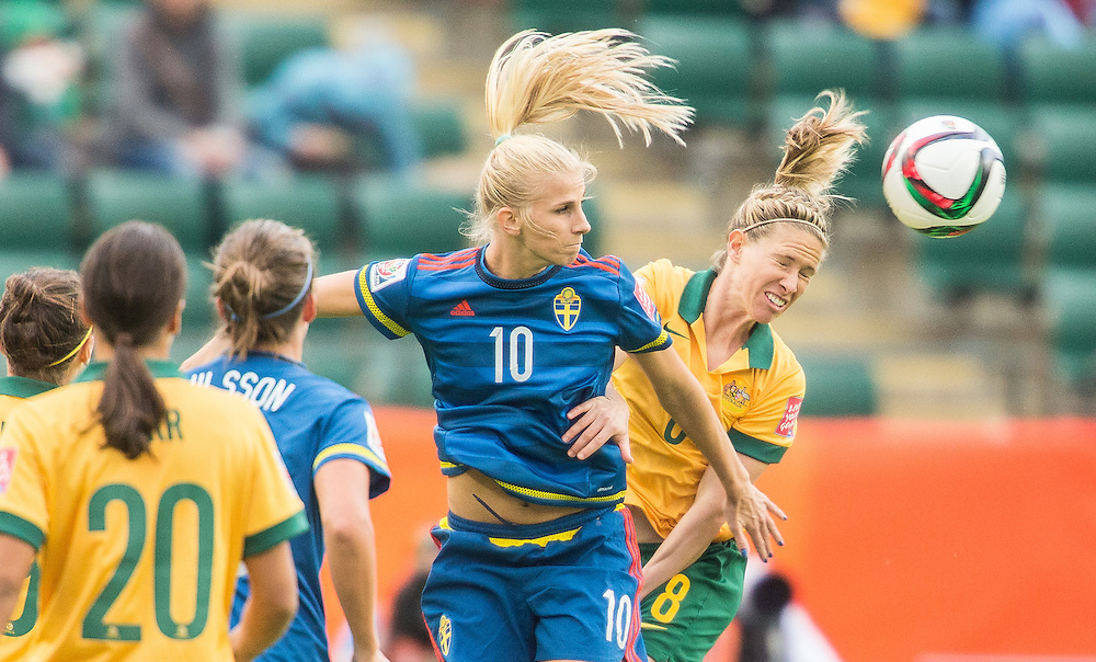 Sweden's Sofia Jakobsson (L) and Australia's Elise Kellond vie for a header during their Group D match at the FIFA Women's World Cup in Edmonton, Canada on June 16, 2015.   AFP PHOTO/GEOFF ROBINS