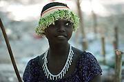 Eda porte un collier de fleurs qu'elle vient de fabriquer.