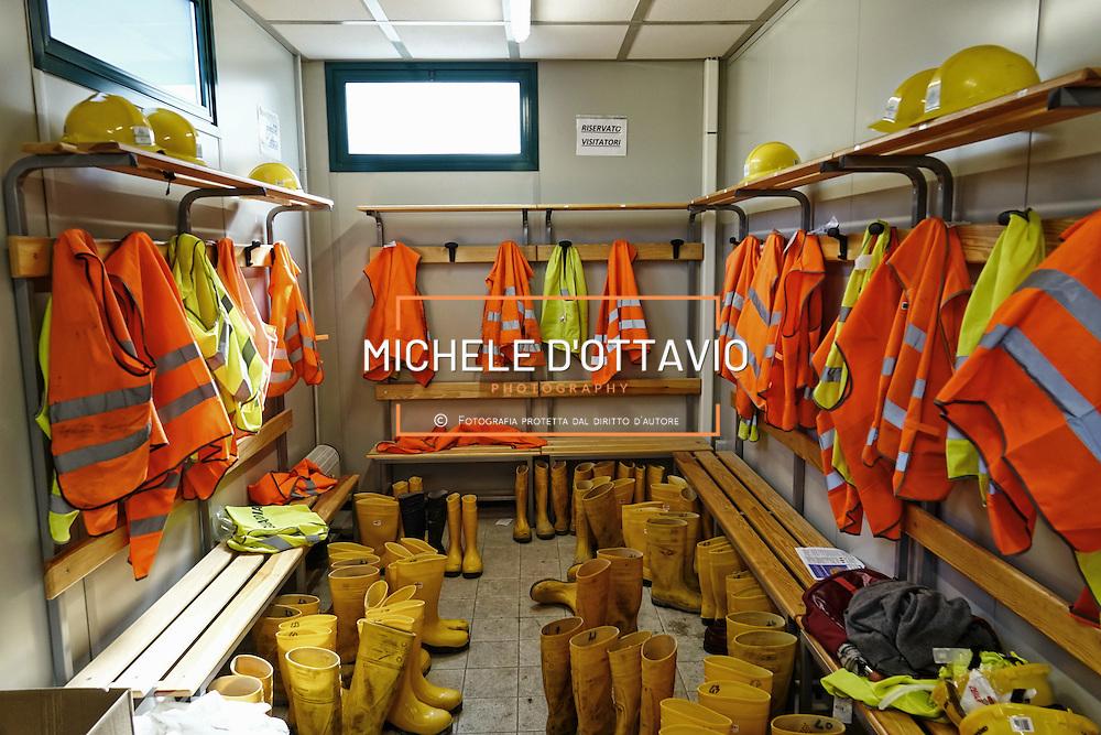 CHIOMONTE (TORINO) -10 ottobre 2016 -  spogliatorio cantiere galleria geognostica della linea ferroviaria Tav Torino Lione.