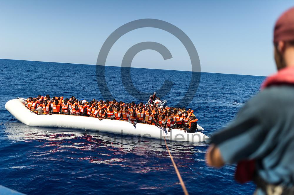 Der erster Maschinist Tillmann Teltemann koordiniert am 22.09.2016 auf dem Fluechtlingsrettungsboot Sea-Watch 2 in internationalen Gewaessern vor der libyschen Kueste das Anlegen des Fluechtlingsbootes. Foto: Markus Heine / heineimaging<br /> <br /> ------------------------------<br /> <br /> Veroeffentlichung nur mit Fotografennennung, sowie gegen Honorar und Belegexemplar.<br /> <br /> Publication only with photographers nomination and against payment and specimen copy.<br /> <br /> Bankverbindung:<br /> IBAN: DE65660908000004437497<br /> BIC CODE: GENODE61BBB<br /> Badische Beamten Bank Karlsruhe<br /> <br /> USt-IdNr: DE291853306<br /> <br /> Please note:<br /> All rights reserved! Don't publish without copyright!<br /> <br /> Stand: 09.2016<br /> <br /> ------------------------------