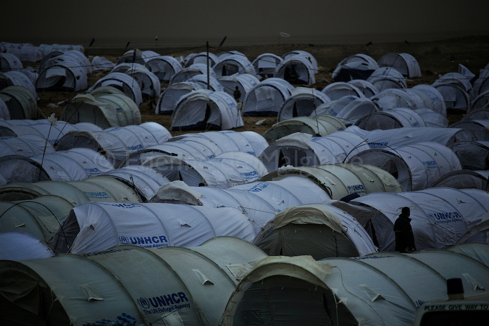 After crossing  border from Lybia, migrants workers arrive in an UNHCR transit camp in Choucha, 7 km from Tunisia's Ras Jdir border station. They will be hold in this camp waiting for repatriation to their home countries.<br /> 03 March 2011.