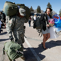 E3 Shaunous Wright carries his luggage as wife Tiffany walks alongside as they head home after a ceremony welcoming  U.S. Army soldiers returning from duty in Iraq at Fort Carson in Colorado Springs, Colorado February 12, 2009.  About 280 soldiers from the 3rd Brigade Combat Team, 4th Infantry Division returned following their 15-month deployment to Iraq.  REUTERS/Rick Wilking (UNITED STATES)