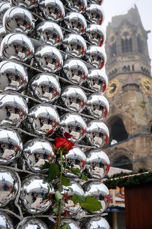 Germany - Deutschland - BERLIN TERROR - Terroristic Attack on a Christmas Market in Berlin; morning after; the TRUCK;  Terroranschlag auf dem Weihnachtsmarkt an der Gedächtniskirche am 19.12.2016; HIER: der Morgen danach: Trauer, Polizei, Presse, morgendliche Stimmung, der Lastwagen, LKW ; Berlin, 20.12.2016