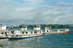 Barcos ancorados no Rio Sao Francisco, ao fundo cidade de Penedo. // Boats moored on the Sao Francisco river, the city of Penedo background. Foto: Cesar Duarte/Argosfoto - Penedo, AL - Brazil - 2013
