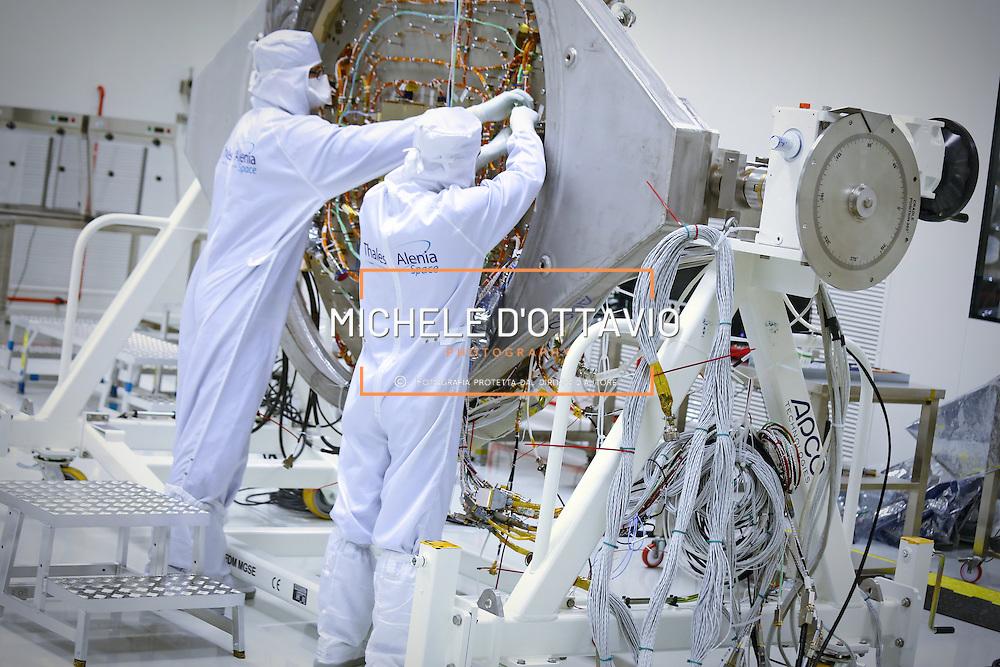Tecnici al lavoro sul modulo della sonda ExoMars, per una missione europea su Marte, negli stabilimenti di Torino della Thales Alenia Space.