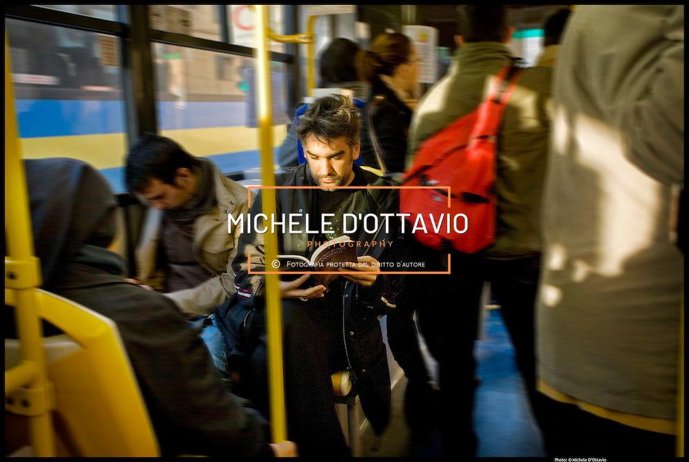 Calendario GTT 2009. 12 foto ritraggono personaggi noti del tessuto culturale di Torino mentre leggono a bordo del mezzo pubblico. Un vero invito alla lettura. Infatti ogni mese il personaggio consiglia anche un libro da leggere.
