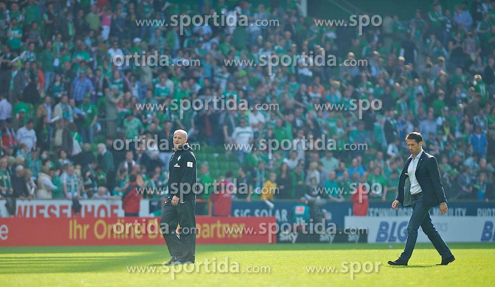 04.05.2013, Weserstadion, Bremen, GER, 1. FBL, SV Werder Bremen vs TSG 1899 Hoffenheim, 32. Runde, im Bild Thomas Schaaf (Trainer Werder Bremen) und Thomas Eichin (Geschaeftsfuehrer Sport, SV Werder Bremen) nach dem Abpfiff auf dem Platz // during the German Bundesliga 32nd round match between the clubs SV Werder Bremen vs TSG 1899 Hoffenheim at the Weserstadion, Bremen, Germany on 2013/05/04. EXPA Pictures © 2013, PhotoCredit: EXPA/ Andreas Gumz ***** ATTENTION - OUT OF GER *****