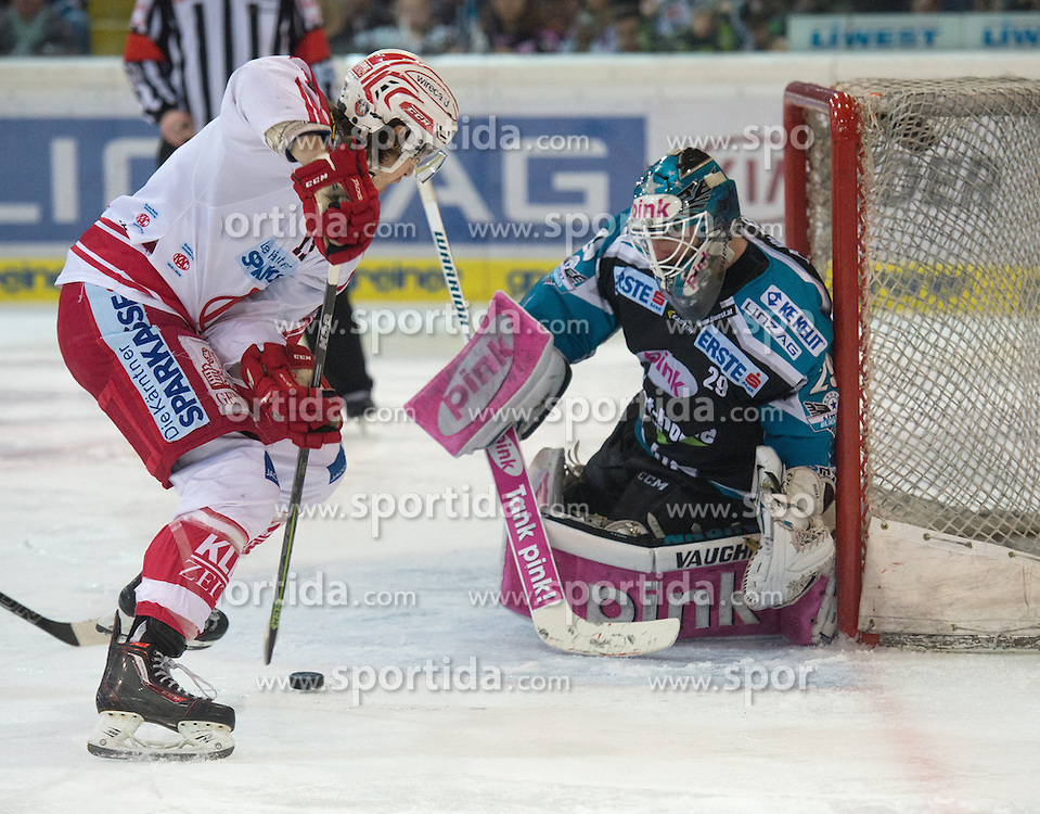 28.12.2015, Keine Sorgen Eisarena, Linz, AUT, EBEL, EHC Liwest Black Wings Linz vs EC KAC, 36. Runde, im Bild Michael Ouzas (EHC Liwest Black Wings Linz) und Manuel Ganahl (EC KAC) // during the Erste Bank Icehockey League 36th round match between EHC Liwest Black Wings Linz and EC KAC at the Keine Sorgen Icearena, Linz, Austria on 2015/12/28. EXPA Pictures © 2015, PhotoCredit: EXPA/ Reinhard Eisenbauer
