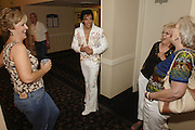 USA Nordamerika Memphis Tennessee Images of the King Contest ..About 70 international Elvis Presley  inpersonators perform 5 nights at the annual Images of the King Contest in Memphis Tennessee the audience is mostly female Kjell Bjornestad (Norway) mingles with his fans.Elvis Presley Wettbewerb 2006 jedes Jahr im August singen ca  70 internationale Elvis Interpreten 5 Tage lang in Memphis um die Wette Das Publikum besteht vorwiegend aus Frauen Der norwegische Teilnehmer Kjell Bjornestad stellt sich den Fans.