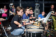 """Jitka Hroudová von  """"The Tap Tap"""" während dem Auftritt beim Festival """"Colors of Ostrava 2013"""". """"The Tap Tap"""" ist eine bekannte und sehr erfolgreiche tschechische Formation mit überwiegend behinderten und auch nicht behinderten Musikern, gegründet 1998 von dem Sozialpädagogen Simon Ornest."""