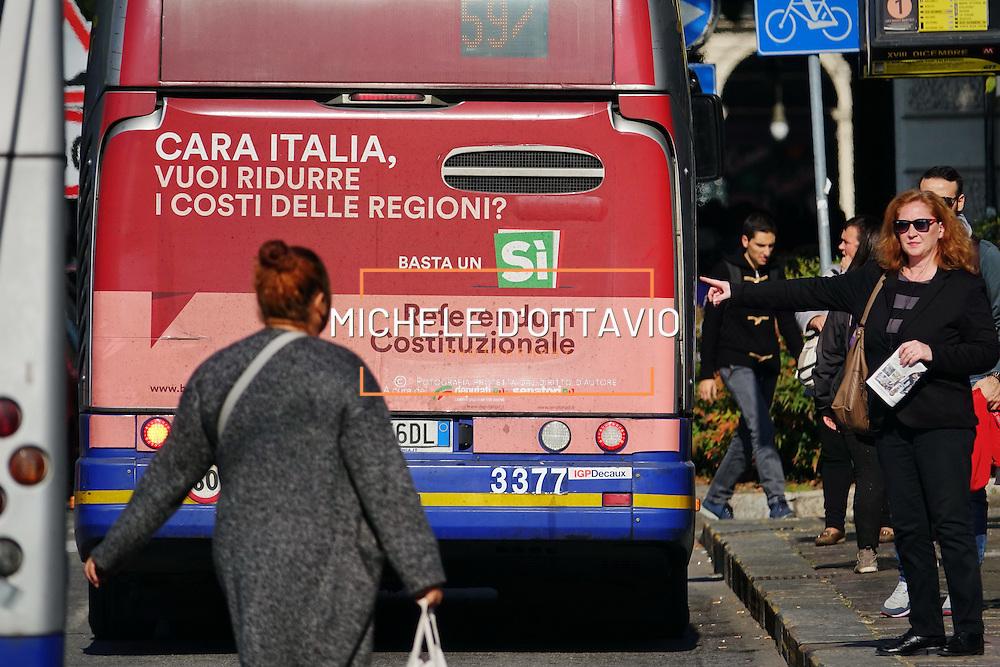 Affissioni per SI al referendum costituzionale, sul retro degli autobus a Torino