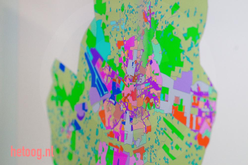 overheidsorganisatie die ver is met het digitaliseren.van haar ruimtelijke plannen: Enschede. De gemeente geldt als.een van de koplopers die alle bestemmingsplannen al op de website heeft staan.  verschillende afdelingen (naast de r.o.-afdeling.ook de ICT- en vastgoedafdeling). Enschede voert nog een.extra digitaliseringsslag uit met het oog op de nieuwe Wro. De haken en ogen.die hieraan kleven zijn hoogst actueel.. Het lijkt me overigens aardig in te zoomen op het.(nieuwe) bestemmingsplan voor Roombeek, de wijk waar de vuurwerkramp van.2000 zich afspeelde, omdat dit bij menig lezer goed bekend is.
