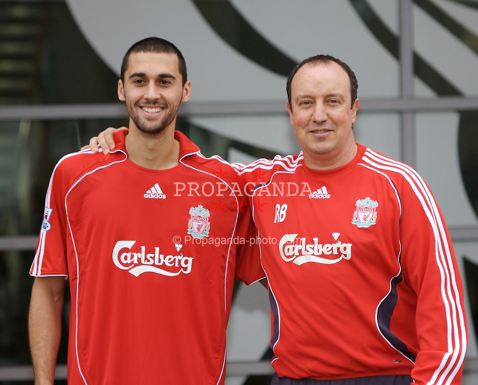 ¿Cuánto mide Rafa Benítez? - Altura - Real height 070201-005-Liverpool-Arbeloa
