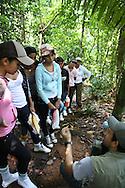 Visita de la escuela Manuel Benigno Higuero Guardia a Barro Colorado, la isla forestada más grande del Canal de Panamá, es parte del Monumento Natural Barro Colorado (BCNM) y es el sitio de una estación de investigación biológica de renombre internacional. La fauna silvestre de este lugar es extremadamente diversa.  Existen probablemente miles de especies de insectos y más de 120 especies de mamíferos, de las cuales casi la mitad son murciélagos.©Edgard Miranda/Istmophoto.com