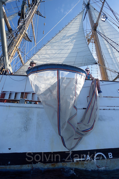 Corwith Cramer is a 134-foot steel brigantine built as a research vessel for operation under sail. Sargasso Sea, Bermuda | Die Planktonnetze werden von Amy NS Siuda, Ph.D. (Associate Professor, Oceanography<br /> Sea Education Association) in das Wasser gelassen.