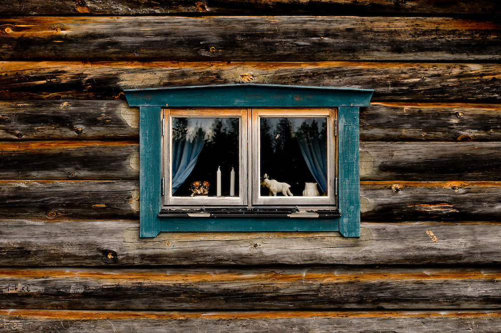 "Detail of a window with a wooden moose figure on a ""fäbod"" in Dalarna, Sweden..Photographer: Chris Maluszynski /MOMENT"