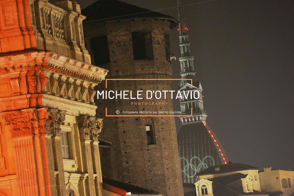 Torino ha ospitato i XX Giochi Olimpici Invernali 10-26 Febbraio 2006  .nella foto la Mole in versione olimpica Mole Antonelliana piazza Castello Palazzo Madama