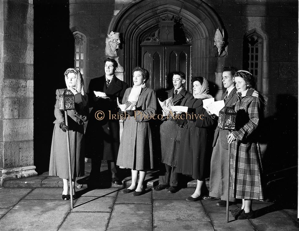 08/12/1952<br /> 12/08/1952<br /> 08 December 1952<br /> Carol Singers outside the Chapel Royal at Dublin Castle, Dublin.