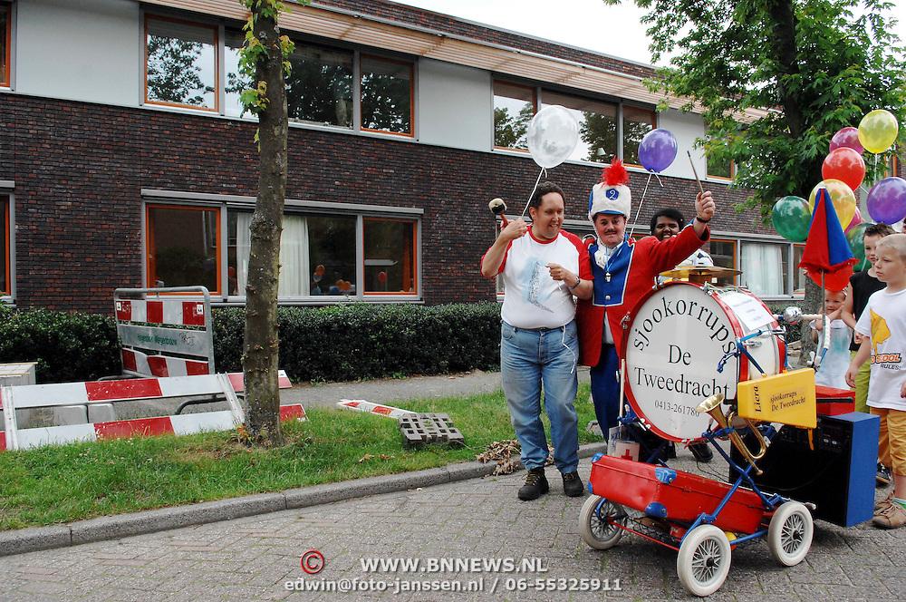 NLD/Huizen/20070621 - opening de Booketorre Hermelijn Huizen door bewoners en een clown