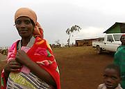 Woman and her child in Gasorwe refugee camp in Burundi. 27 October 2004. ONUB/Martine Perret