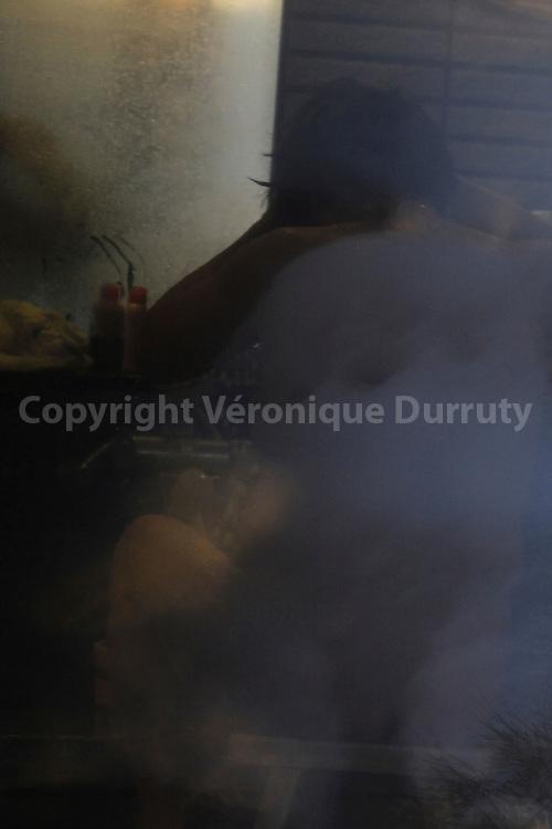 &quot;Grand nu jaune bleu, hommage &agrave; Bonnard&quot; - Woman Bathing in An Onsen Of Yudanaka, Honshu, Japan // &quot;Grand nu jaune bleu, hommage &agrave; Bonnard&quot; -<br /> tirage sur papier en fibre de bambou, formats divers.<br />  Femme faisant sa toilette dans un Onsen de Yadanaka, Honshu, Japon