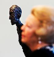 ROTTERDAM - Koningin Beatrix bekijkt zaterdag het beeld Grote Vrouw IV van Alberti Giacometti in de Kunsthal in Rotterdam. De Koningin woonde de opening bij van de overzichtstentoonstelling Alberto Giacometti. Deze tentoonstelling laat de ontwikkeling van Giacometti's werk zien en past in de reeks waarmee de Kunsthal toonaangevende beeldhouwers uit de twintigste eeuw presenteert. ANP PHOTO ROYAL IMAGES ROBIN UTRECHT