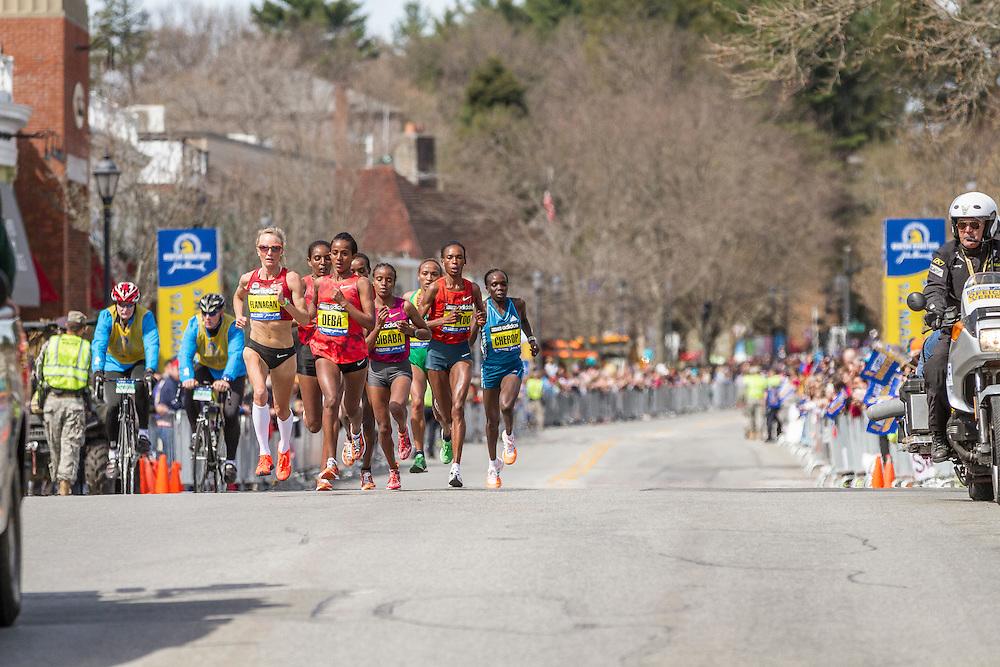 2014 Boston Marathon: Shalane Flanagan leads pack at mid point of race