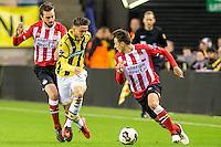 ARNHEM - Vitesse - PSV , Voetbal , Eredivisie , Seizoen 2016/2017 , Gelredome , 29-10-2016 ,  Vitesse speler Ricky van Wolfswinkel (m) in duel met PSV speler Davy Propper (l) en PSV speler Santiago Arias (r)