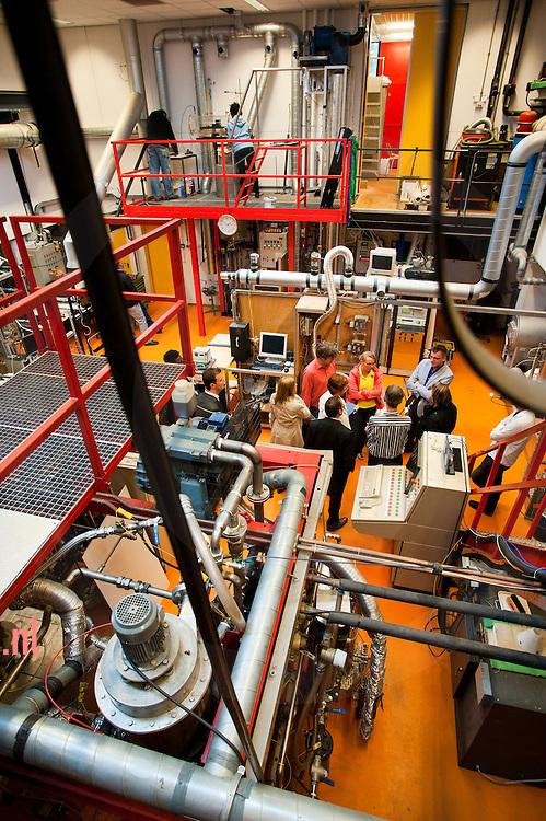 nederland enschede universiteit Twente d.d. 07-09-2010 Op de UT werkt men hard aan het berbeteren van het proces pyrolyse waarmee men uit biomassa brandstof kan halen. door verhitting verkrijgt men houtskool gas en de olie waar het v.n.l. om te doen is. die olie bevat echter nog teveel water, is veel te zuur en te onzuiver. foto: Cees Elzenga / Hollandse Hoogte