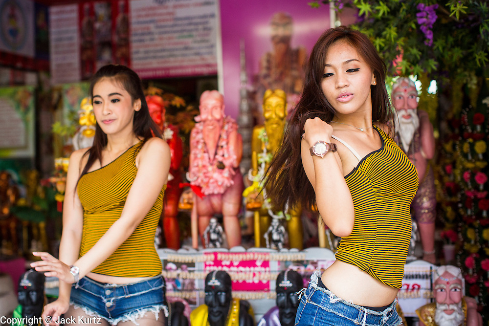 Thai dances in front of statues of chuchok