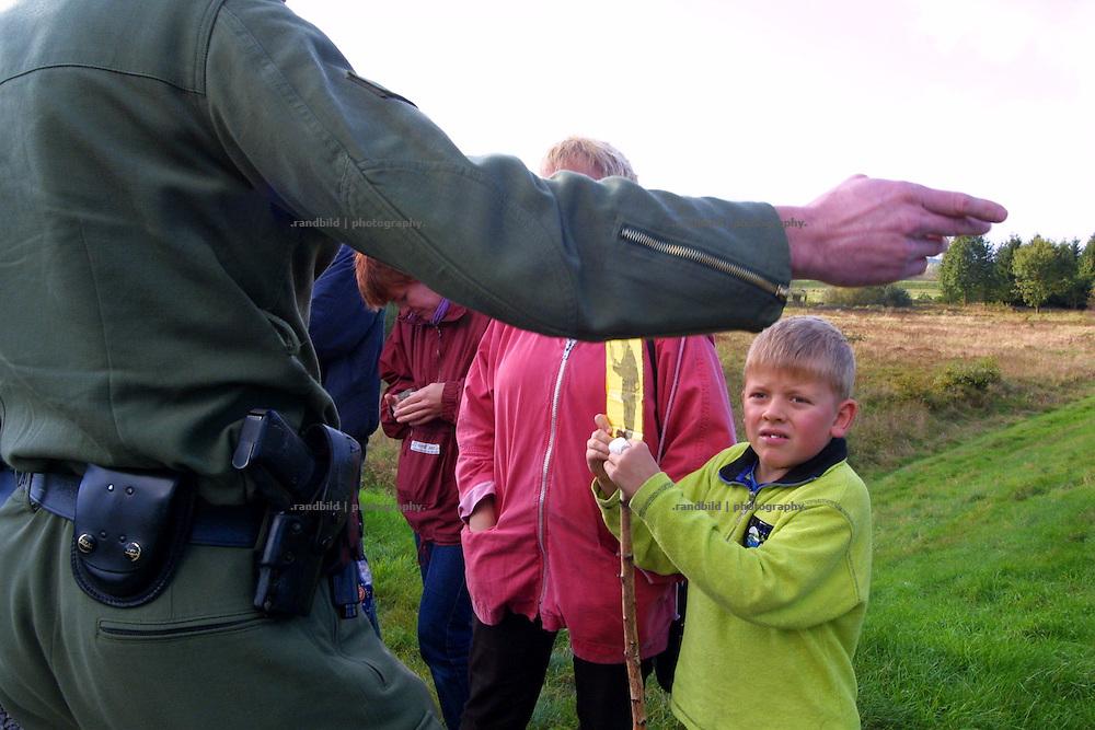 Ein Polizist verbietet Anwohner der Transportstrecke für Castorbehälter das Weitergehen.