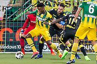 DEN HAAG - ADO Den Haag - Vitesse , Voetbal , Eredivisie , Seizoen 2016/2017 , Kyocera Stadion , 03-02-2017 , ADO Den Haag speler Guyon Fernandez (l) in duel met Vitesse speler Guram Kashia (r)