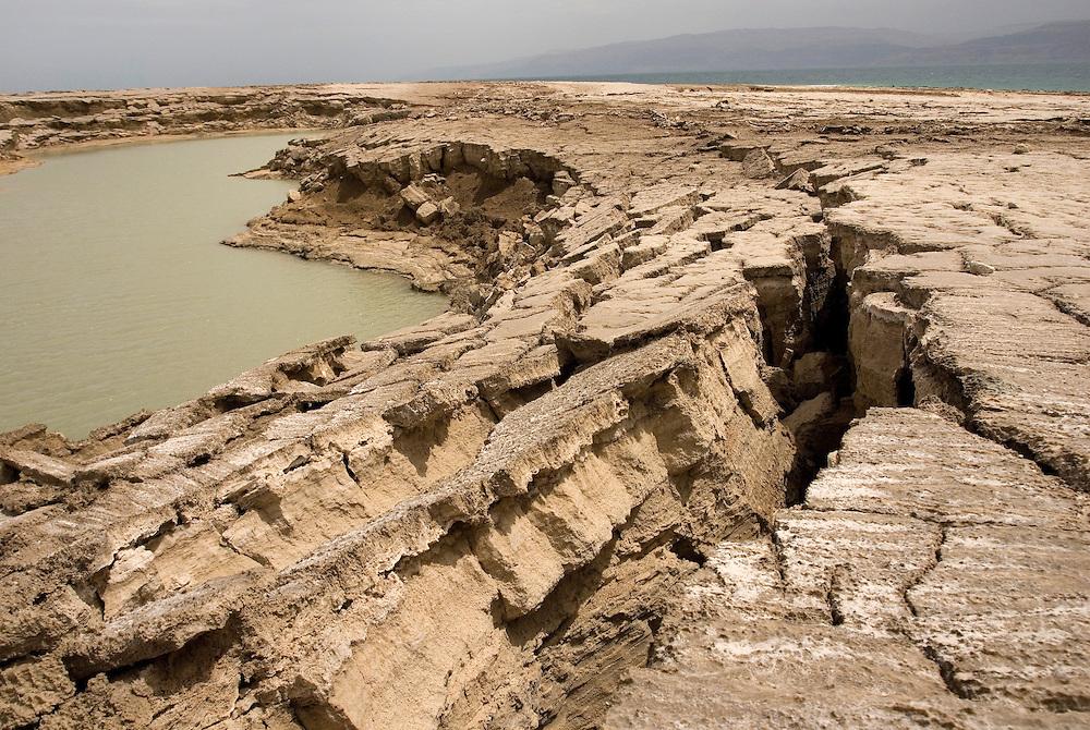 Sinkhole ou doline. La baisse du niveau de la mer, a pour conséquence la formation de cavités creuses sous la surface du bord de mer. Avec le temps et l'activité sismique importante du rift africain, le sol s'effondre. Ein Gedi, Israël, mai 2011