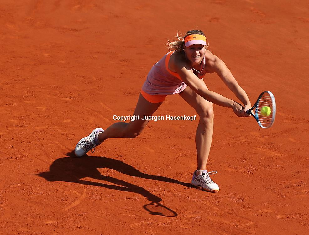French Open 2014, Roland Garros,Paris,ITF Grand Slam Tennis Tournament, Damen Endspiel,<br /> Maria Sharapova  (RUS),Aktion,Einzelbild,<br /> Ganzkoerper,Querformat, von oben,