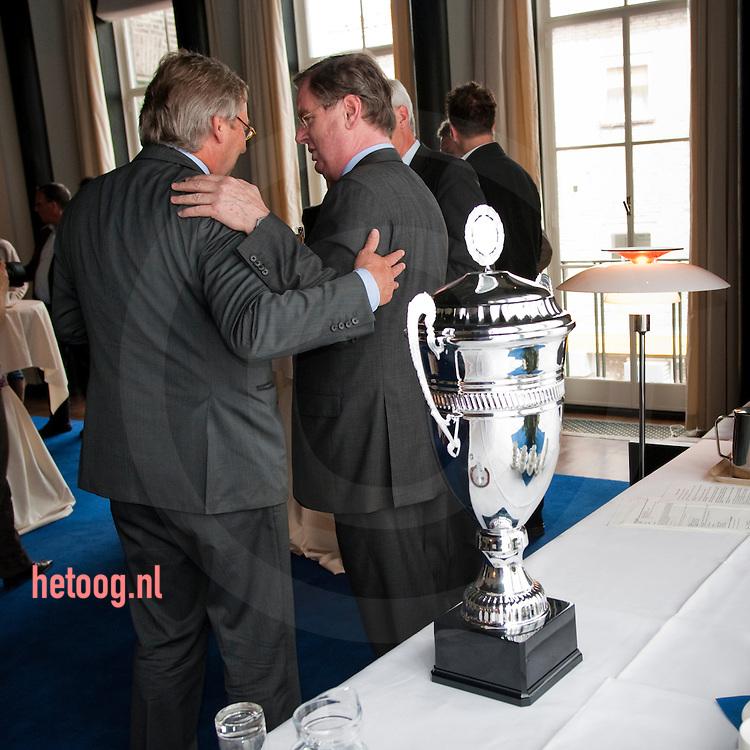 burgemeester Den Oudsten van Enschede en Bernard Wientjes ...Locatie.B&W-kamer van het stadhuis van Enschede, Langestraat 24. ...Tijdstip.Vrijdag 8 mei, vanaf 14.00 uur