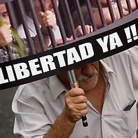 Un grupo de opositores al gobierno del presidente Hugo Chávez manifiestan el 23 de enero en Caracas durante una marcha realizada en conmemoración de los 50 años del regreso de la democracia tras el derrocamiento del dictador Marcos Pérez Jiménez en 1958, y para exigir la libertad de los detenidos por los sucesos de abril de 2002. (ivan gonzalez)