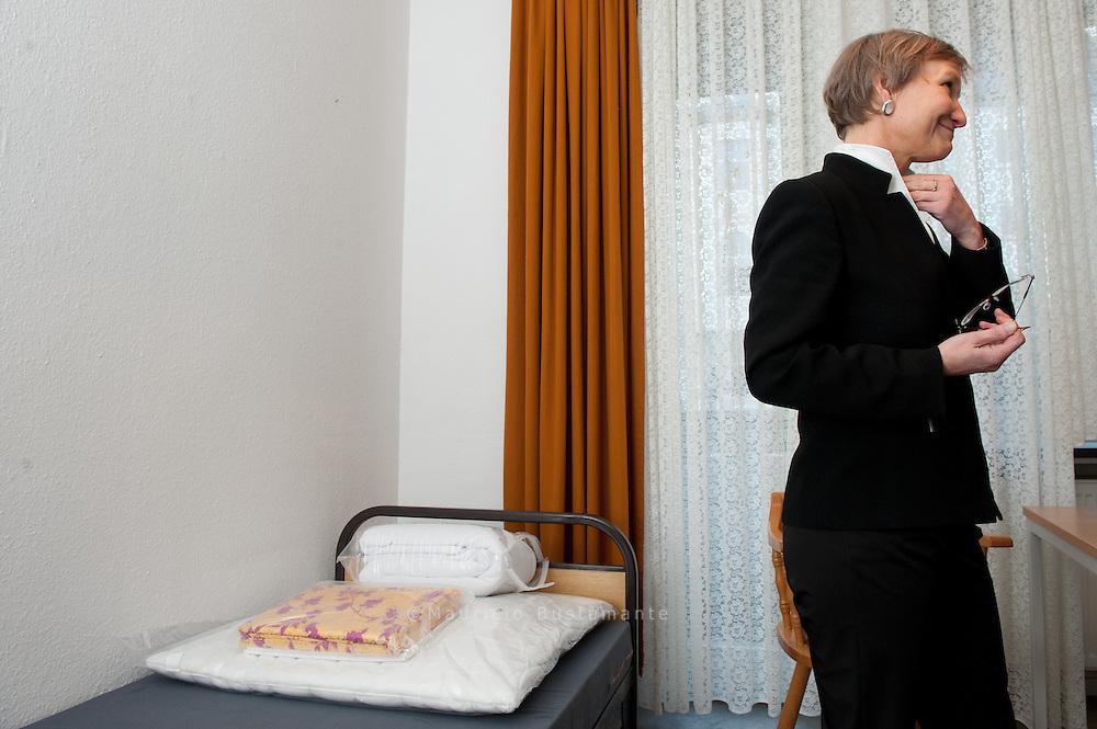 Bis zu 40 Plätze für obdachlose Frauen, Paare und ältere Menschen. Sozialsenator Detlef Scheele, Kirsten Fehrs, Bischöfin.     Am heutigen Montag werden Kirsten Fehrs, Bischöfin im Sprengel Hamburg und Lübeck, und  Sozialsenator Detlef Scheele das Rumond-Walther-Haus im Rahmen des diesjährigen Winter-notprogramms eröffnen.  Die Zimmer bieten ausreichend Platz für zwei Übernachtungsgäste. Da die neue Unterkunft insbesondere für obdachlose ältere Menschen, Frauen und Paare ideal sind, werden diese Zielgruppen dort bevorzugt einziehen können.   Foto: Kirsten Fehrs, Bischöfin, Sozialsenator Detlef Scheele  Jörk Lindner (Geschäftsführer von Eva Bau_Westmarten) Marten Gereke (Geschäftsführer von Plegediakonie)